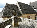 Beynac-et-Cazenac village Beynac stèle et lauzes.JPG