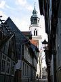 Blick durch die Kalandgasse auf die Stadtkirche Sankt Marien in Celle.jpg