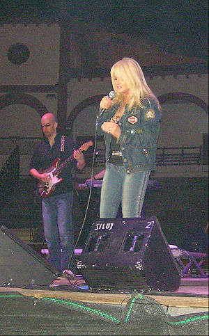 Bonnie Tyler - Bonnie Tyler with Matt Prior performing in Soria, Spain (20 July 2006).