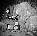 Bottelarij man tijdens het tappen van wijn uit een vat, Bestanddeelnr 252-9439.jpg