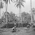 Bouw van het staketsel van een huis van bamboe, Bestanddeelnr 255-6715.jpg