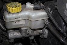 220px-Brake_fluid_reservoir_in_%C5%A0koda_Fabia_I.jpg