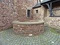 Brunnen auf dem Hof der Burg Hengebach - panoramio.jpg