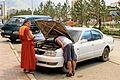 Buddyjski mnich i samochód w Ułan Bator.jpg