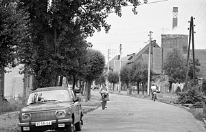 Zschornewitz - A Zschornewitz street in August 1991; one of the power station's cooling towers can be seen on the right