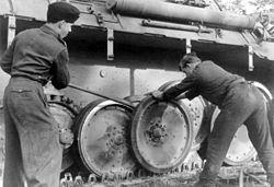 Bundesarchiv Bild 101I-296-1652-35, Nordfrankreich, Montage am Pantherlaufwerk