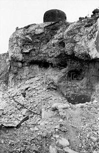 Bundesarchiv Bild 101I-383-0348-30A, Frankreich, bei Arras, zerstörter Bunker