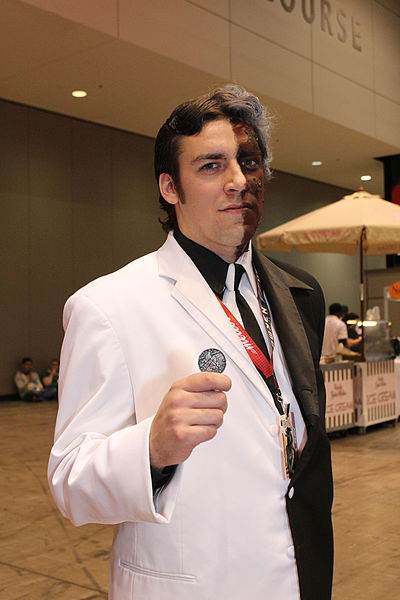 File:C2E2 2013 - Two Face (8683586201).jpg