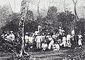 COLLECTIE TROPENMUSEUM Leerlingen van de Landbouwschool te Buitenzorg krijgen onderricht in een veld met koffiestruiken TMnr 60041686.jpg