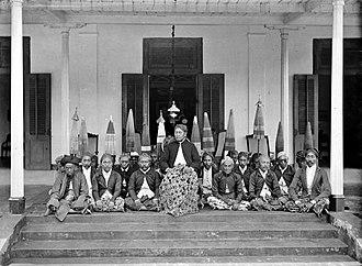 Situbondo Regency - Image: COLLECTIE TROPENMUSEUM Portret van binnenlandse bestuurders Situbondo Oost Java T Mnr 10020638