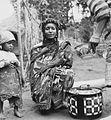 COLLECTIE TROPENMUSEUM Portret van een Fulani vrouw met kind TMnr 20012965.jpg