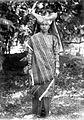 COLLECTIE TROPENMUSEUM Poserende vrouw uit Paja Koemboeh in gelegenheidskleding TMnr 10005051.jpg
