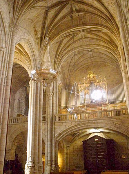 File:Caceres - Catedral, interiores 04.jpg