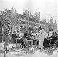 Cairo, Heliopolis. Terras aan de Ibrahim al-Lakanistreet met een groep mannen in, Bestanddeelnr 254-5435.jpg