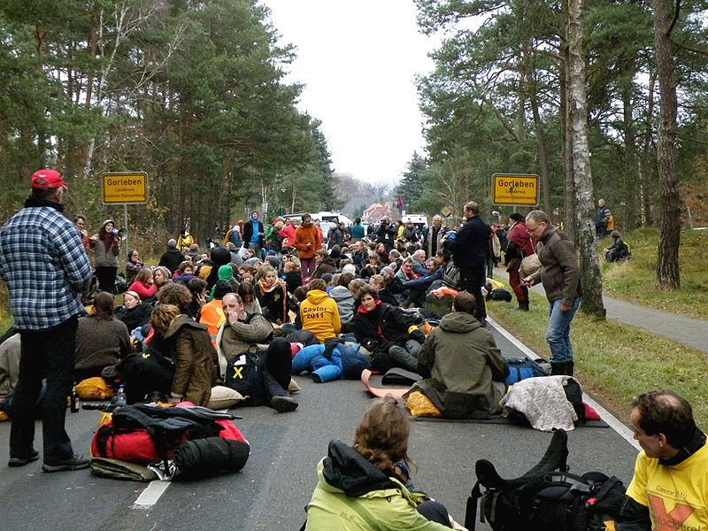 Datei:Castor 2011 - Gorleben Sitzblockade (1).jpg