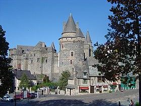 Le château des Barons de Vitré et des demeures du XVesiècle, vus depuis la Place Saint-Yves.