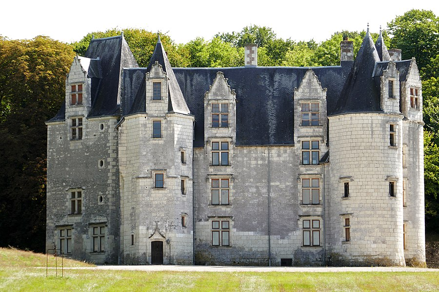 Château des Brétignolles, situé à 1 km à l'Est d'Anché. Début de la construction 1447. Le château se compose d'un bâtiment rectangulaire aux angles flanqués de tours.