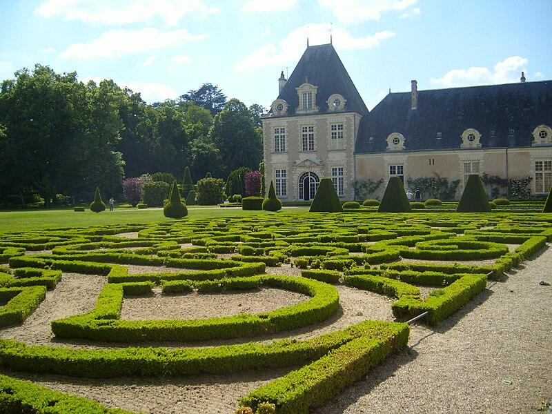 File:Chateau d'Azay-le-Ferron French Garden..JPG