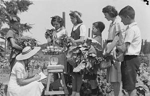Montreal Botanical Garden - Children at the Montreal Botanical Garden in 1941