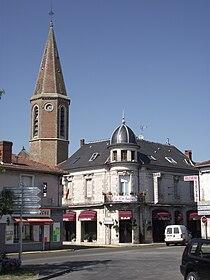Clocher de l'église Saint-Louis et hôtel Le Richelieu à Rabastens-de-Bigorre.jpg
