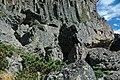 Columnar-jointed rhyolitic obsidian lava flow (Roaring Mountain Member, Plateau Rhyolite, Upper Pleistocene, ~59 ka; Obsidian Cliff, Yellowstone, Wyoming, USA) 33 (46766598282).jpg