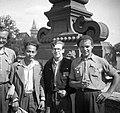 Csoportkép 1949-ben. VIT (Világifjúsági Találkozó) résztvevők városnézésen. Fortepan 54165.jpg