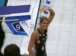 Torres waves to the crowd after winning the silver medal in the 50-meter freestyle at the ألعاب أولمبية صيفية 2008.