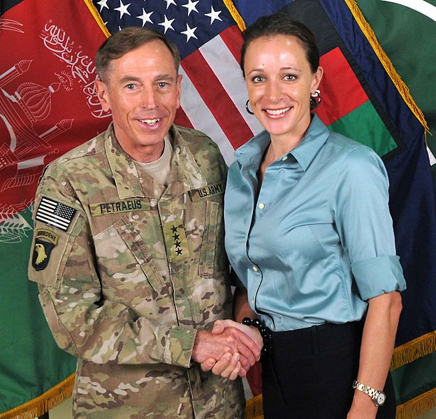 קובץ:David Petraeus and Paula Broadwell.jpg
