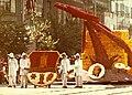 Debrecen, Piac utca a Gambrinus köz torkolatánál. Virágkarnevál, a Lenin Kohászati Művek kocsija. Fortepan 74307.jpg