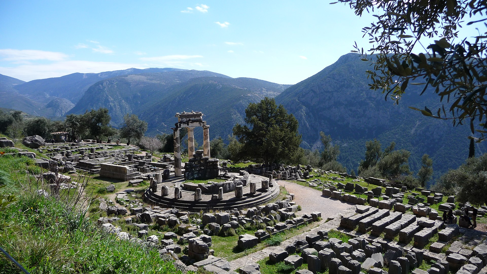 1920px-Delphi%2C_Greece_-_panoramio.jpg