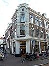 foto van Bouwblok met winkels en bovenwoningen op een rechthoekige plattegrond in eclectische neo-renaissance