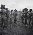 ETH-BIB-Dankali-Mädchen in einer Tanzpause-Abessinienflug 1934-LBS MH02-22-0772.tif