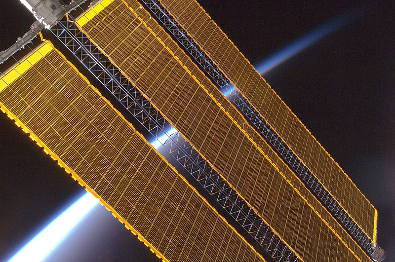 800px-Earth_horizon_and_International_Space_Station_solar_panel_array_%28Expedition_17_crew%2C_August_2008%29.jpg