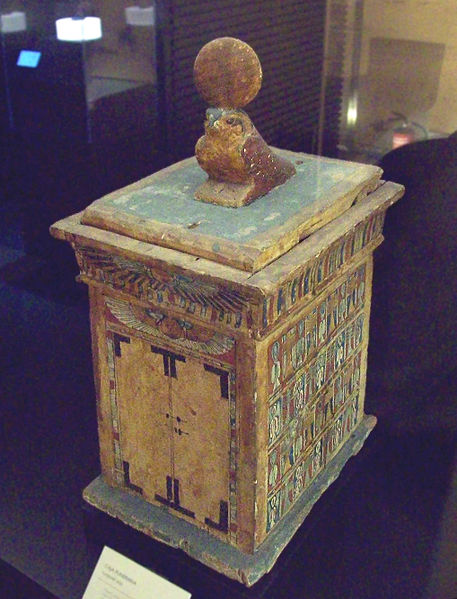 Disco Alado.- 457px-Egyptian_Late_Period_funerary_box_%28M.A.N._15221%29_01