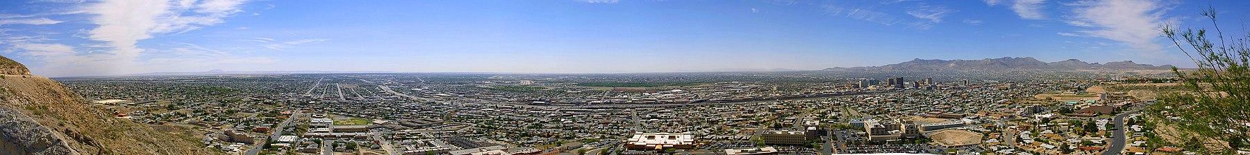 """תמונה פנורמית של העיר מצפון העיר. משמאל ניתן לראות את הרי ה""""Hueco"""" ומרחוק מימן ניתן לראות את הרי החוארס"""