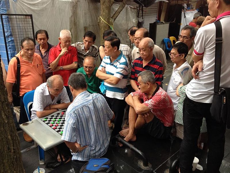 800px-Elderly_Chinese_men_playing_draughts_in_Chinatown%2C_Singapore_-_2013