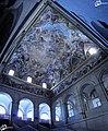En lo alto de la escalera principal, los frescos rememoran la Batalla de San Quintín (1557) y la fundación de El Escorial (1567) - panoramio.jpg