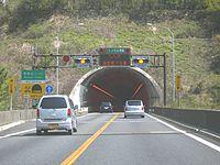 長大トンネルの入口に設置された例(恵那山トンネル上り線)。通常は青信号(左)、渋滞中は追突防止のため黄信号(右)