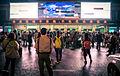 Esperando en la estación de tren, China (17406394685).jpg