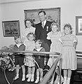 Fabrieksdirecteur Albert van Abbe poserend met groep kinderen tegen een wand met, Bestanddeelnr 255-8493.jpg