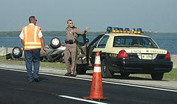 Полиция Википедия Сотрудник дорожной полиции Флориды на месте ДТП