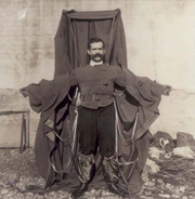 Franz Reichelt portant la voilure de son invention