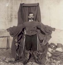 Inventores que han fallecido usando sus propios inventos 220px-Flying_tailor