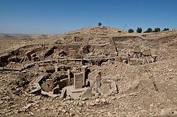 עמודי האבן באחד המבנים המעוגלים בגבקליטפה - 2012