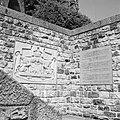 Gedenksteen met wapen van België en korte, drietalige tekst over het ongeluk, Bestanddeelnr 254-3627.jpg