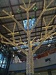 Geschmückte Baumstruktur im Stuttgart Flughafen 05.jpg