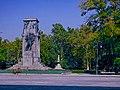 Giardini pubblici caratterizzati dall'imponente monumento ai caduti.jpg