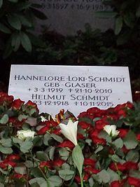 Grabstein Loki und Helmut Schmidt.jpg