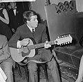 Grand Gala du Disque in Concertgebouw Uitreiking Edisons Adamo met gitaar, Bestanddeelnr 916-9666.jpg