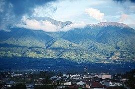 Gunung Marapi latar bukittinggi.jpg